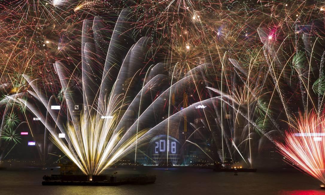 Fogos de artifício explodem no porto de Victoria durante a véspera de Ano Novo para comemorar o início do ano de 2018 em Hong Kong Kin Cheung / AP