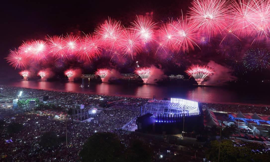Queima de fogos em Copacabana foi marcada pela beleza e cores durante as explosões, mas também pela fumaça que prejudicou visibilidade de quem estava na areia Marcio Alves / Agência O Globo