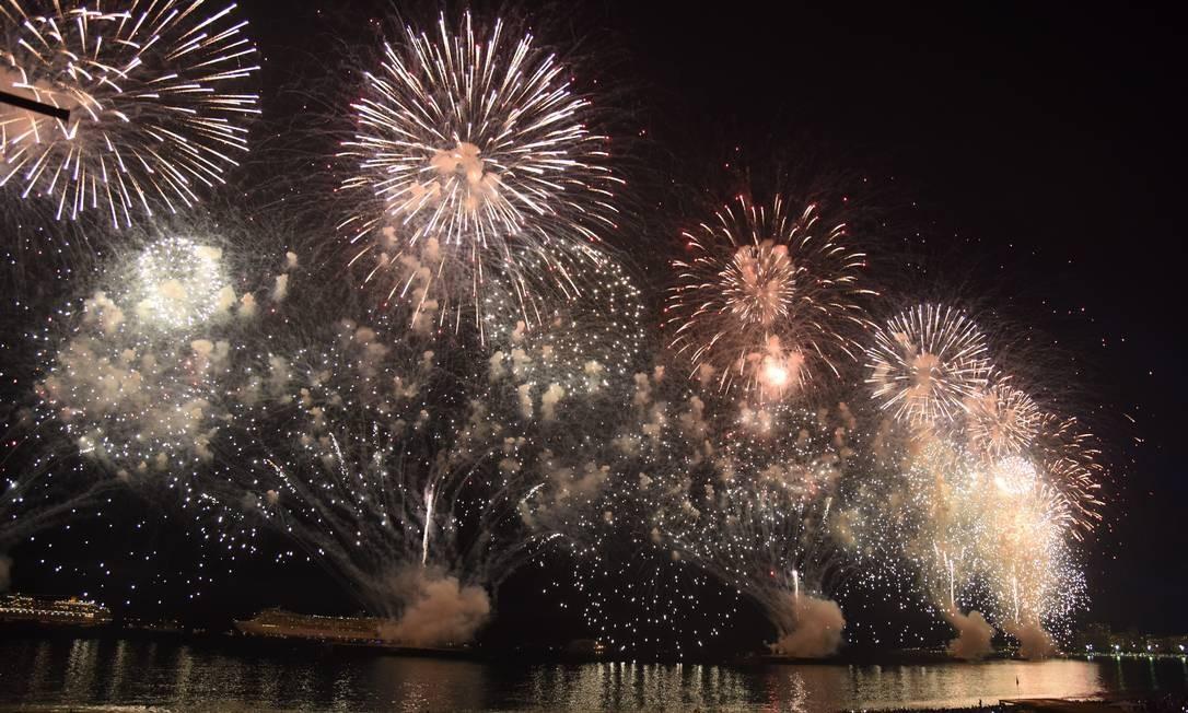 Onze balsas dispararam do mar da Praia de Copacabana 25 toneladas de fogos Divulgação/ Riotur