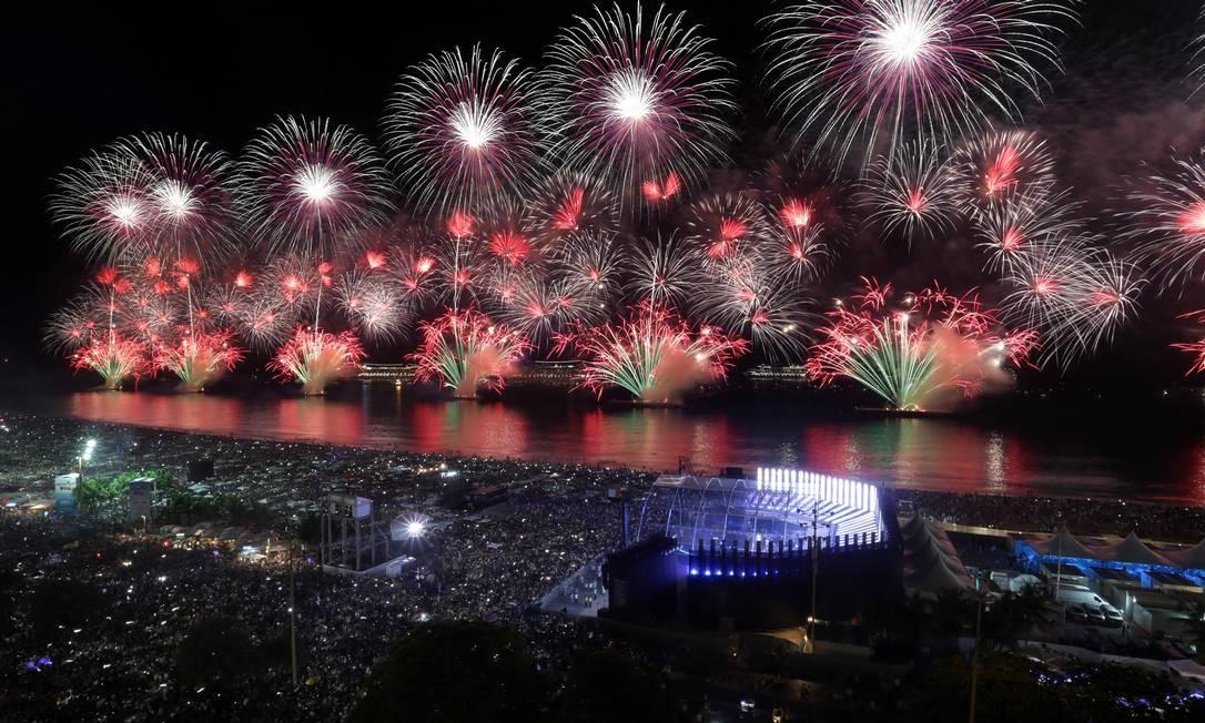 Espetáculo pirotécnico foi recebido com entusiasmo do público nas areias de Copacabana Márcio Alves / Agência O Globo