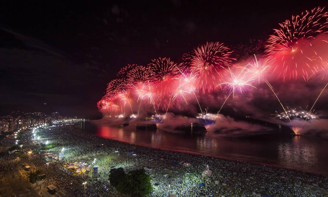 Antes e depois da queima de fogos, praia de Copacabana recebeu shows de diversos artistas, como Belo, Cidade Negra, Frejat e Anitta Guito Moreto / Agência O Globo