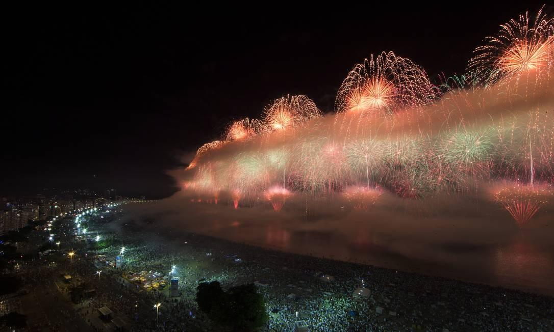 Visibilidade do público que acompanhou queima de fogos da areia diminuiu à medida que a queima de fogos prosseguia em Copacabana. Em alguns momentos, foi formada uma verdadeira cortina de fumaça Guito Moreto / Agência O Globo