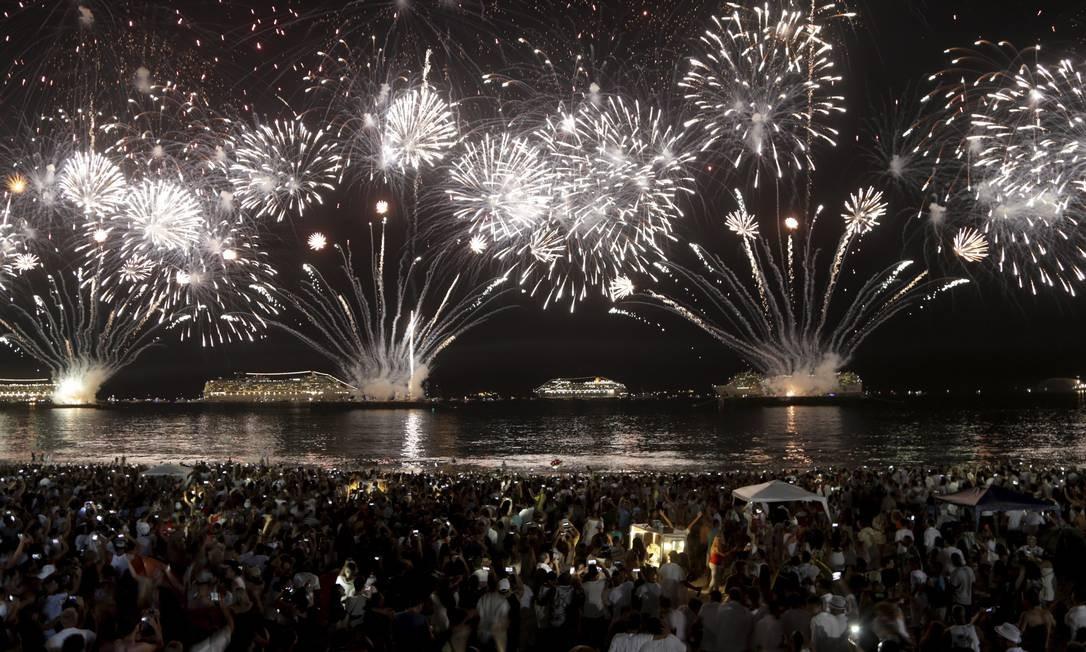 Espetáculo de luzes, o maior registrado em Copabana, foi acompanhado com empolgação pelo público, que se aglomerou próximo ao mar da praia Gabriel de Paiva / Agência O Globo