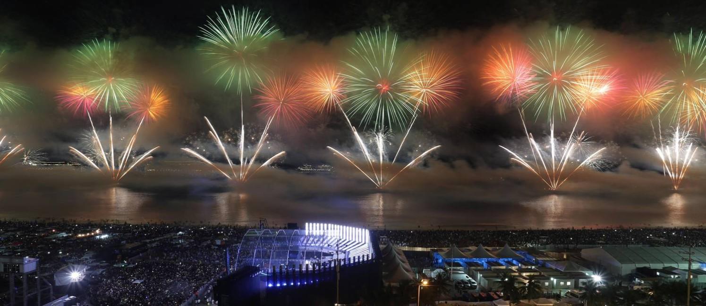 A queima de fogos, com duração de 17 minutos, foi o destaque da festa em Copacabana Foto: Marcio Alves / Agência O Globo