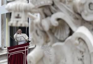 O Papa Francisco rezou a primeira missa do ano diante de milhares de fiéis reunidos na Praça de São Pedro Foto: Andrew Medichini / AP
