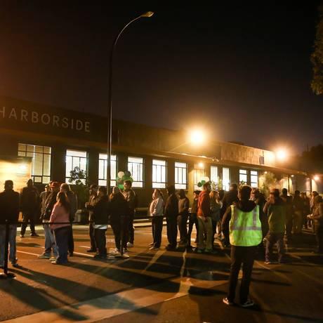 Clientes fazem fila na frente de estabelecimento para comprar maconha para fins recreativos na Califórnia Foto: ELIJAH NOUVELAGE / REUTERS