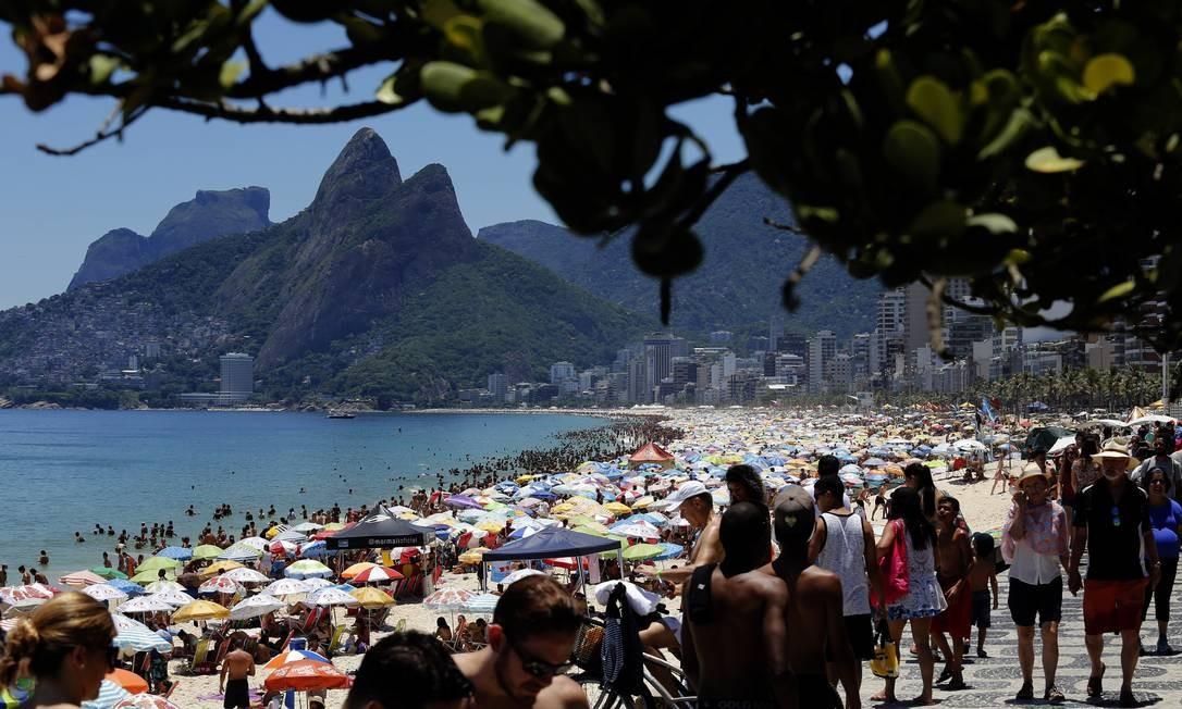 Banhistas lotam as praias da Zona Sul em primeiro dia do ano, que foi de de sol forte e muito calor MARCOS DE PAULA / Agência O Globo