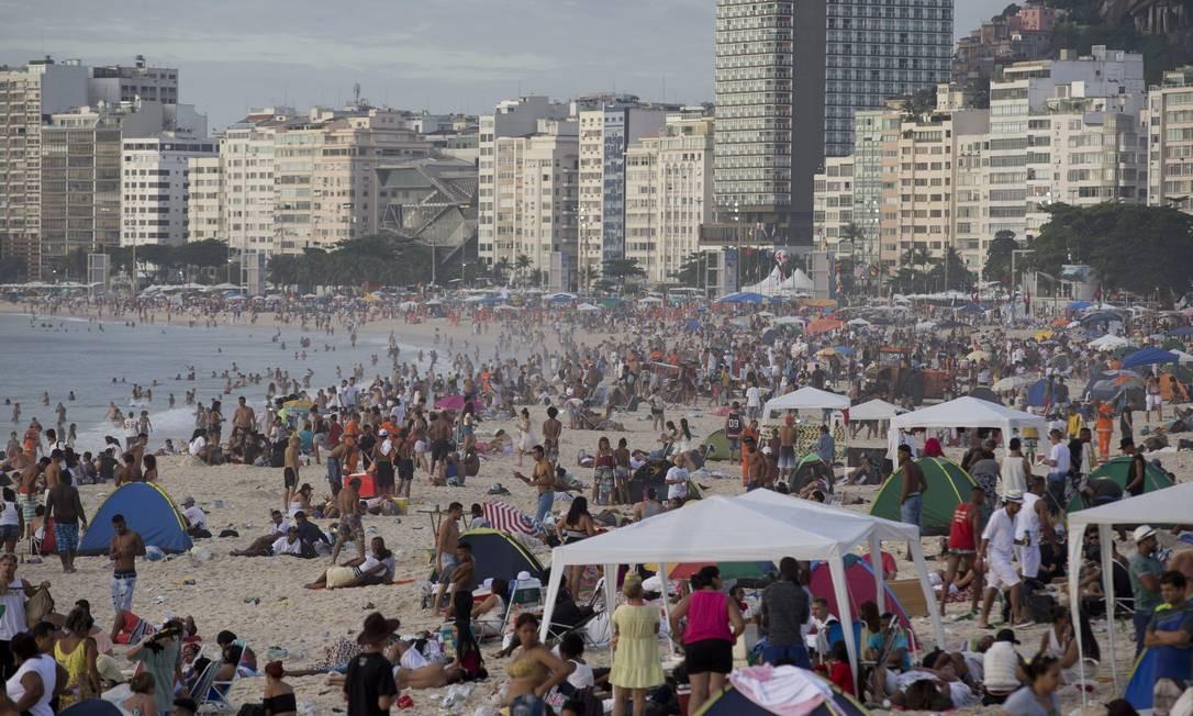 Os que viram o sol nascer pós-réveillon foram dando lugar a banhistas em Copacabana ao longo do dia Márcia Foletto / Agência O Globo