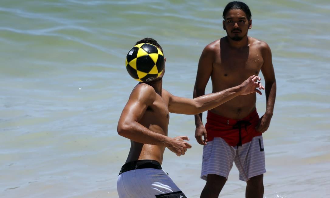 Apesar de proibida, a altinha à beira-mar também deu pinta na Praia de Ipanema MARCOS DE PAULA / Agência O Globo