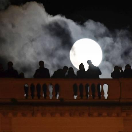 "Pessoas admiram a ""Superlua"" da Terrazza del Pincio, em Roma Foto: AFP/ALBERTO PIZZOLI"