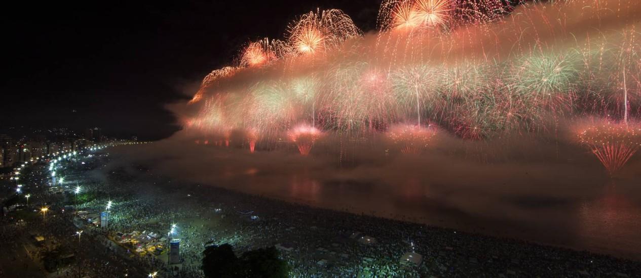 Queima de fogos em Copacabana divide opiniões; fumaça atrapalhou.Foto: Agência O Globo / Guito Moreto