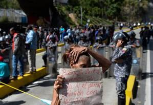 Venezuelanos protestaram contra a falta dos alimentos típicos para a ceia de Natal que seriam entregues pelo governo Foto: FEDERICO PARRA / AFP