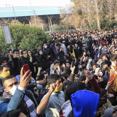 Manifestantes protestam contra governo do Irã em frente à Universidade de Teerã Foto: AP