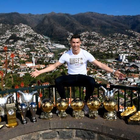 Cristiano Ronaldo posa em Funchal, na Ilha da Madeira, com seus 15 troféus individuais Foto: HANDOUT / AFP