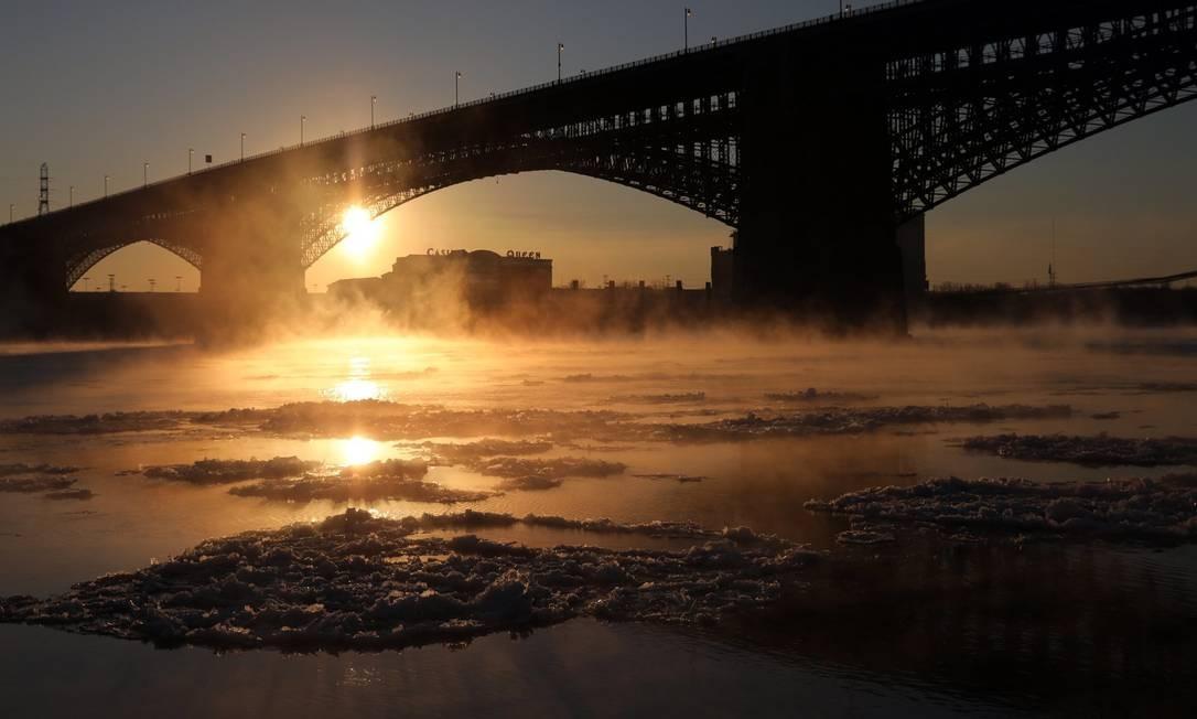 Blocos de gelo flutuam no Rio Mississippi nesta segunda-feira, quando as temperaturas chegaram a -18 graus Celsius Laurie Skrivan / AP