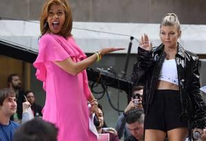 Hoda Kotb com a cantora Fergie no palco do programa de TV 'Today', da rede NBC, na Rockefeller Plaza, em Nova York: jornalista premiada de origem egípcia assume oficialmente a bancada principal do programa, que vai dividir ciom a também jornalista Savannah Guthri Foto: AFP/ANGELA WEISS/22-09-2017