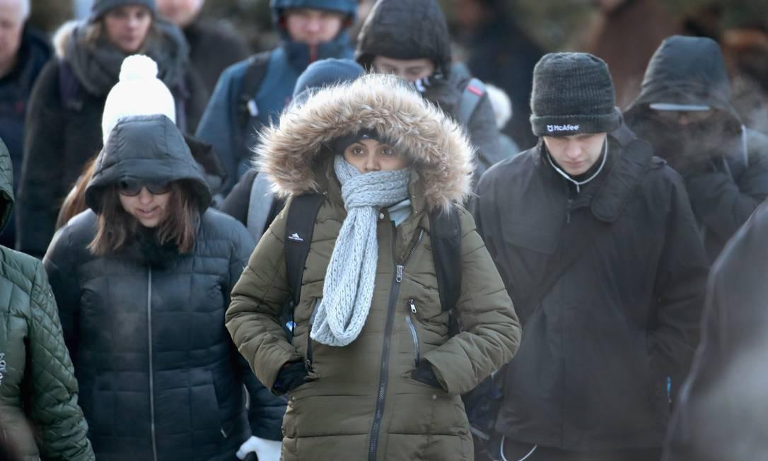 Os moradores de Chicago se agasalharam como puderam para enfrentar o frio nesta terça-feira, primeiro dia útil do ano SCOTT OLSON / AFP