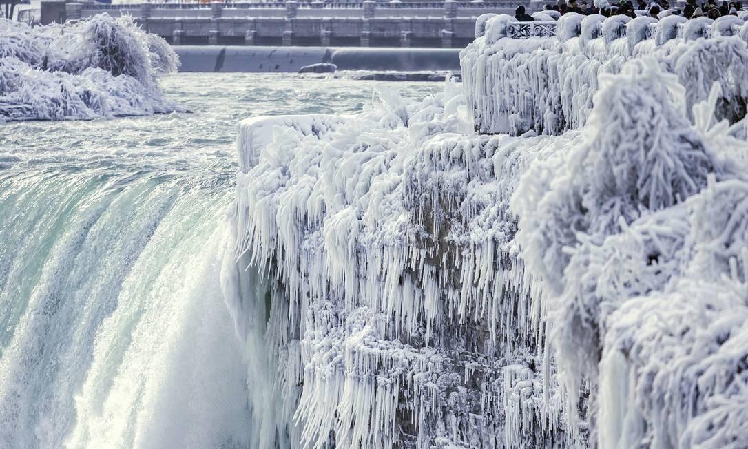 As cataratas do Niágara, na divisa entre os EUA e o Canadá, congeladas pelo frio extremo na América do Norte, no dia 29 de dezembro Aaron Lynett / AP