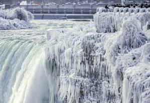 As cataratas do Niágara, na divisa entre os EUA e o Canadá, congeladas pelo frio extremo na América do Norte, no dia 29 de dezembro Foto: Aaron Lynett / AP
