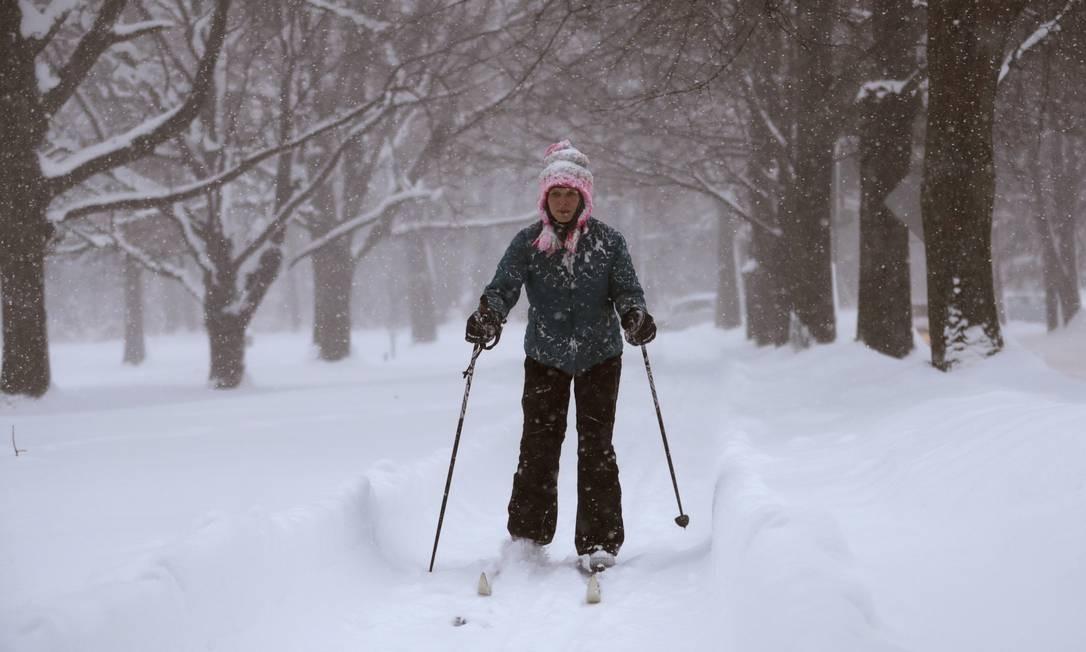 Em Erie, na Pensilvânia, o esqui virou meio de transporte para vencer a neve que se acumula na cidade Foto: Tony Dejak / AP