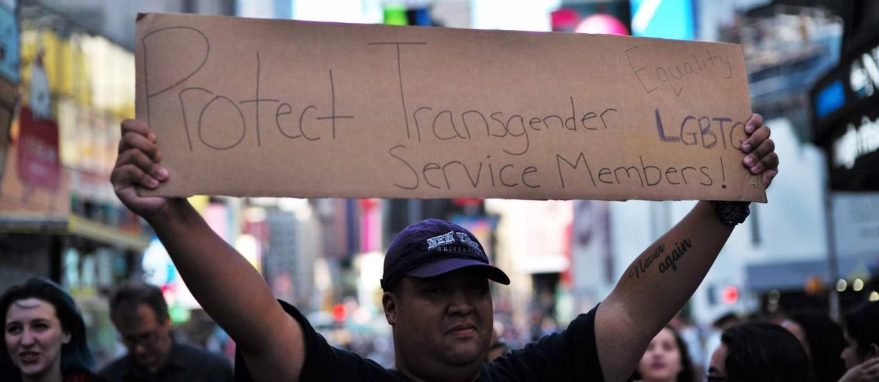 Imagem de arquivo mostra manifestante protestando contra o anúncio de Trump de que iria banir os transgênero das Forças Armadas dos EUA feito em julho último Foto: AFP/JEWEL SAMAD/26-07-2017