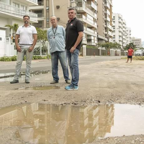 Mobilização. Lucio Oliveira (à esquerda), Carvalho, Coelho e Sobreiro, moradores dos condomínios da rua Foto: Brenno Carvalho / fotos de brenno carvalho