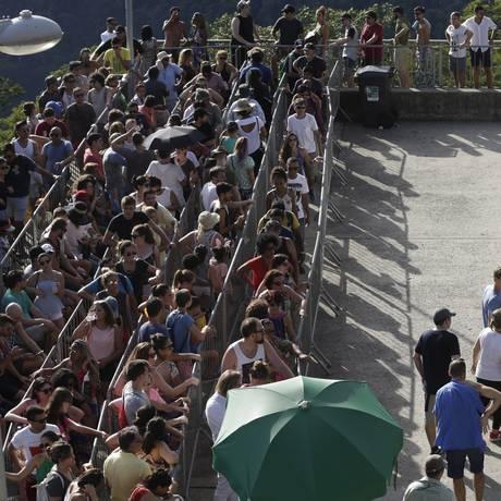 Turistas brasileiros e estrangeiros formaram longas filas para visitar o Cristo Redentor no segundo dia do ano Foto: Gustavo Miranda / Agência O Globo