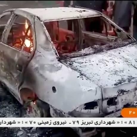 Violência em alta. Carro é incendiado em Tuyserkan, na província de Hamadan: mais de 20 pessoas, incluindo Foto: REUTERS TV / REUTERS
