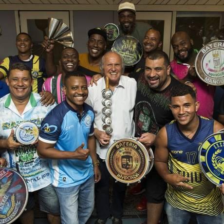 Alegria. O maestro, ao centro, com diretores de bateria Foto: Guito Moreto / Agência O Globo
