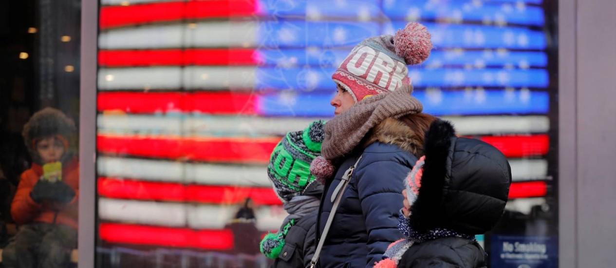 Pedestres caminham agasalhados pelas ruas de Nova York Foto: LUCAS JACKSON / REUTERS