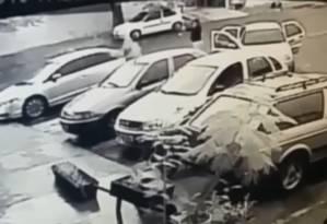 Câmera de segurança flagra momento em que bandidos fecham o carro carro de Ednaldo Monteiro (o primeiro estacionado da esquerda para a direita) e disparam contra o agente prisional, em Anápolis Foto: Reprodução