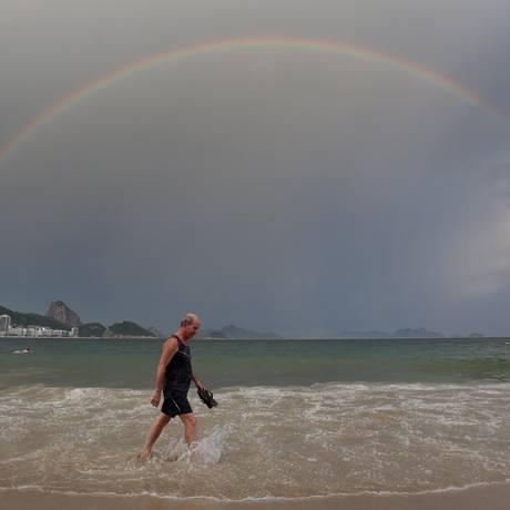 O arco-íris visto no dia 2 de janeiro, na praia de Copacabana Foto: Marcio Alves / Agência O Globo