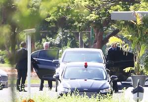 O presidente Michel Temer deixa o Palácio do Jaburu para ir ao Palácio do Planalto Foto: Ailton de Freitas / Agência O Globo