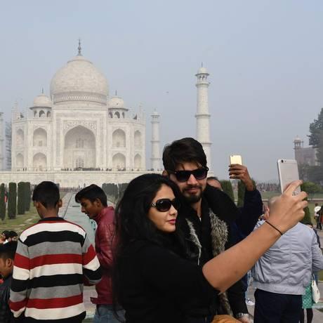 Visitantes tiram selfie no Taj Mahal Foto: DOMINIQUE FAGET / AFP