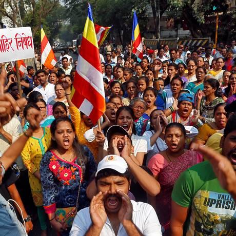 Integrantes da comunidade dalit durante protesto que bloqueou uma estrada em Mumbai, na Índia Foto: SHAILESH ANDRADE / REUTERS