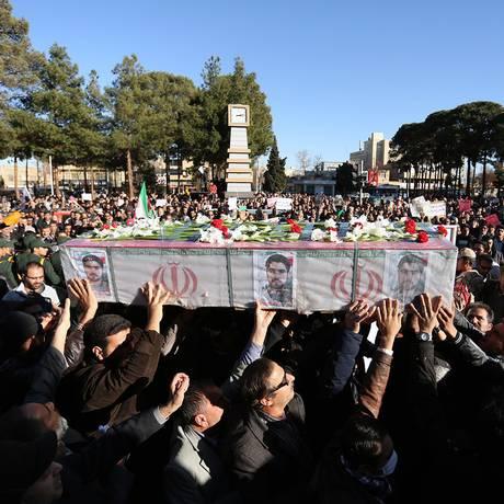 Manifestantes pró-regime do Irã participam de funeral de membro morto da Guarda Revolucionária Foto: MORTEZA SALEHI / AFP