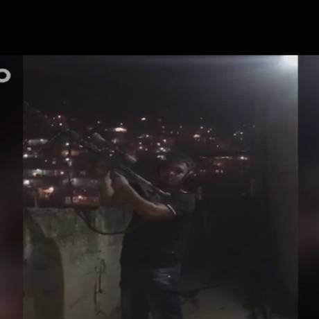 Traficante atira com arma de guerra na Grota Foto: Reprodução