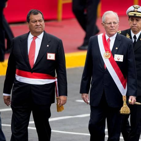 Jorge Nieto (esq.) acompanha o presidente Pedro Pablo Kuczynski em parada militar do Dia da Independência Foto: ERNESTO BENAVIDES / AFP