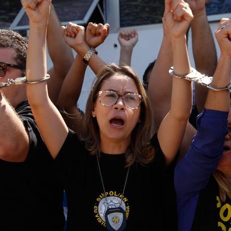 Policiais civis algemados se entregam à Delegacia Geral da Policia em Natal Foto: Nuno Guimarães/FramePhoto / Agência O Globo