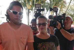Pais de garoto vítima de bala perdida prestam depoimento na delegacia Foto: Marcos Alves / Agência O Globo