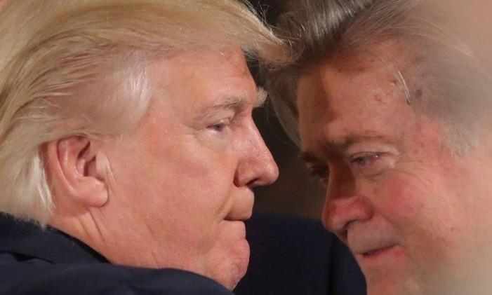 Inimigos íntimos. Trump e Bannon em foto de janeiro: ex-assessor pode virar dor de cabeça ao presidente por causa de agenda radical Foto: Carlos Barria / REUTERS / 22-1-2017