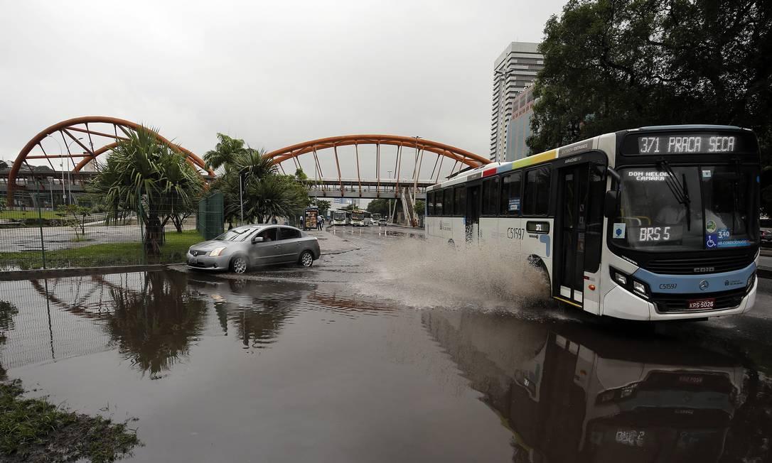 Bolsão de água na Avenida Presidente deixou o trânsito complicado Foto: Marcos de Paula / Agência O Globo