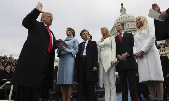 Donald Trump faz juramento na sua cerimônia de posse como presidente dos EUA, em janeiro de 2017, ao lado da família Foto: Jim Bourg / AP