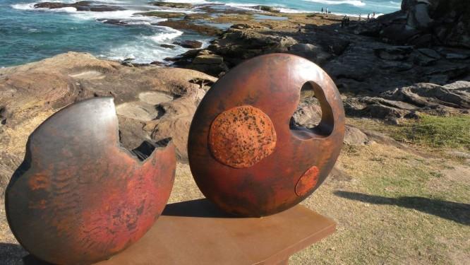 À beira-mar, esculturas dão um toque de beleza a mais nos arredores de Sydney, na Austrália: é o evento Sculpture by the sea Foto: Elias Fajardo / Agência O Globo