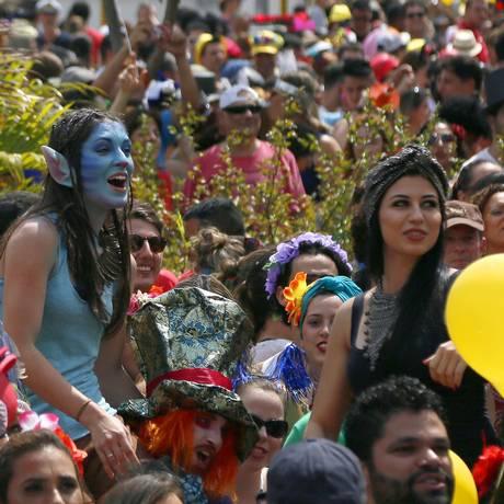 Folia se espalha pela capital paulista. Na foto, o carnaval de rua: Bloco do Sidney Magal na Vila Mariana, em 2016 Foto: Edilson Dantas / Agência O Globo