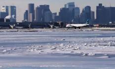 O Logan International Airport está com pista coberta de neve Foto: BRIAN SNYDER/REUTERS/03-01-2018