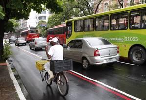 Trabalhador usa a ciclofaixa da Avenida Amaral Peixoto, no Centro: plano da prefeitura é chegar a 120 quilômetros de rotas para ciclistas até o fim de 2021 Foto: Agência O Globo / Marcio Alves/11-12-2013