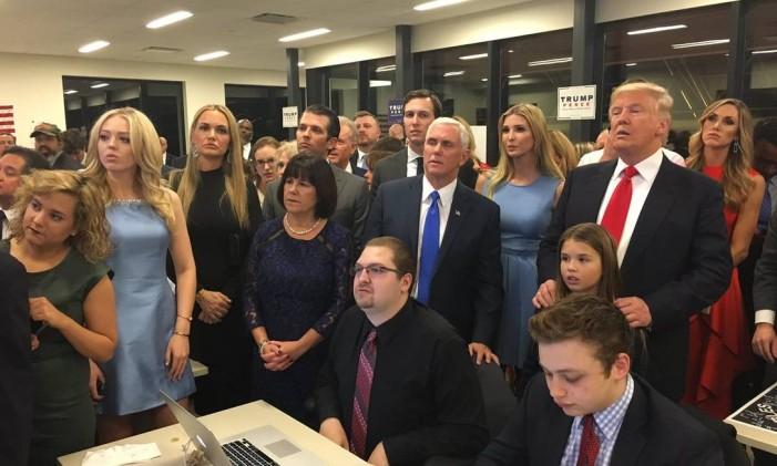 Trump, familiares e assessores acompanham votação em 8 de novembro de 2016: livro afirma que presidente não queria ter vencido Foto: Reprodução