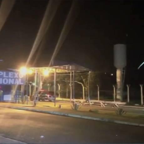 Policiais chegam ao Complexo Prisional de Aparecida de Goiânia, que registra terceira rebelião Foto: Reprodução/TV Anhanguera