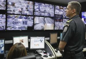 Olhos atentos. O comandante Rocha observa a rede de 300 câmeras da Sala de Operações de Gerenciamento de Crise, no 12º Batalhão de Polícia Militar Foto: Brenno Carvalho / Brenno Carvalho/17-5-2017